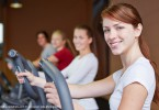 Frau trainiert am Crosstrainer