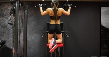 junge sportlerin macht klimmzüge