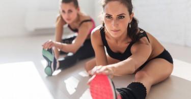Dehnübungen im Fitnessstudio