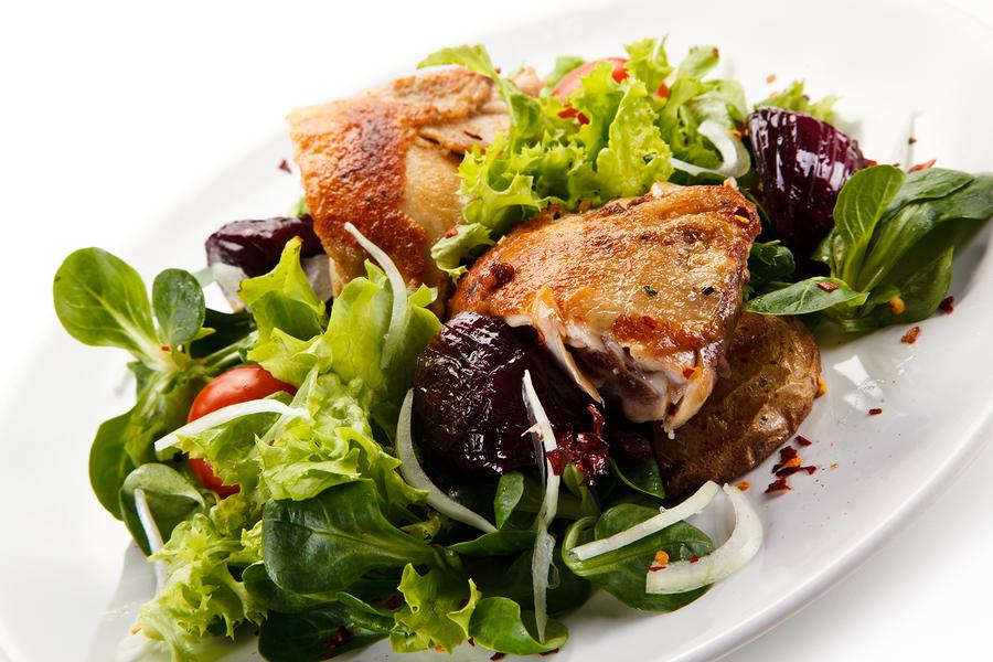 Grüner Salat mit Putenbrustfilet  I ©Bigstockphoto.com: ID: 178508113/gbh007